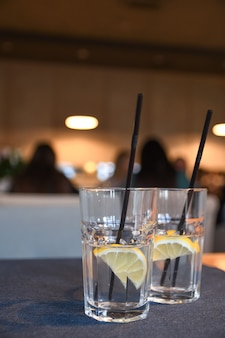 Water met citroen, drankje, cocktail op tafel in café