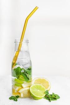 Water met citroen-limoen-munt en ijs met glas nul afval rietje
