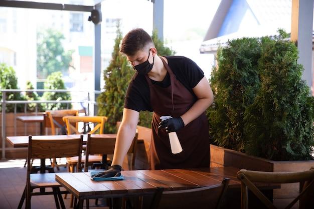 Water met masker in restaurant, uitbraak van coronavirus
