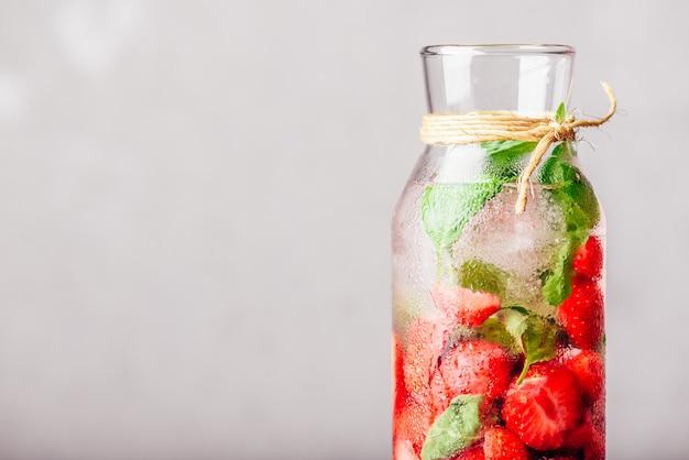 Water op smaak gebracht met aardbei en basilicum.