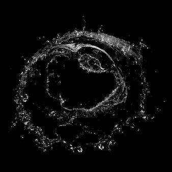 Water spatten geïsoleerd over een zwarte achtergrond.