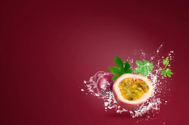 Water spatten op verse passionfruit op rood