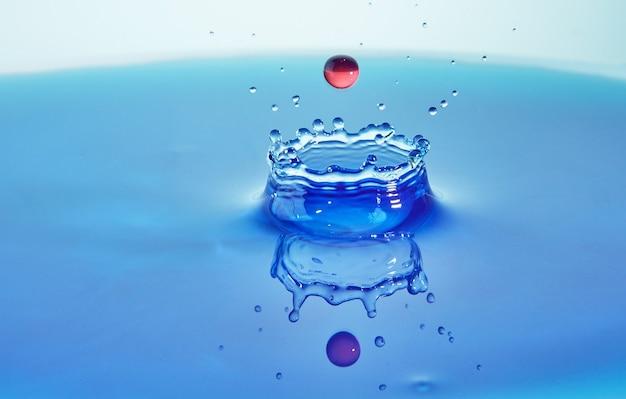 Water splash botsing van gekleurde druppels en kroon creatie concept art met abstract effect