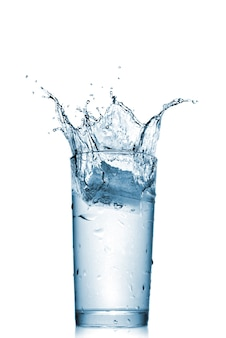 Water splash in glas geïsoleerd op wit