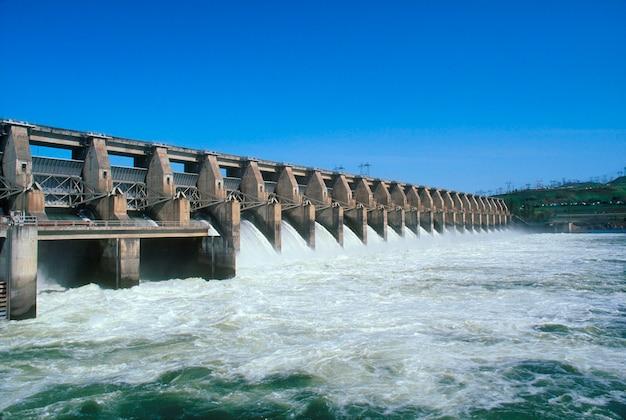 Water stroomt door dam Premium Foto