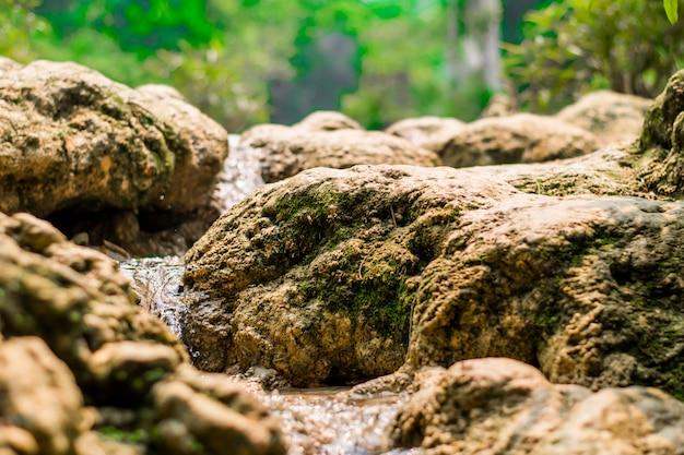 Water stroomt door de rotsen