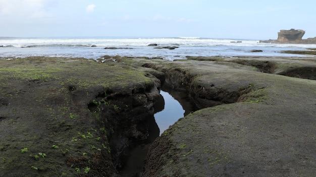 Water stroomt naar het strand