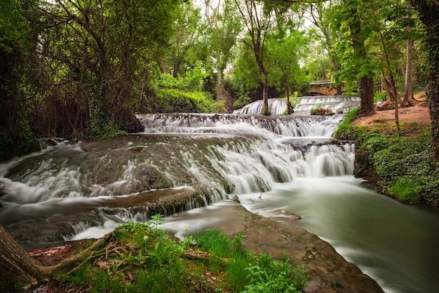 Water stroomt over de stenen en groene muskus in de loop van de rivier de piedra in aragon