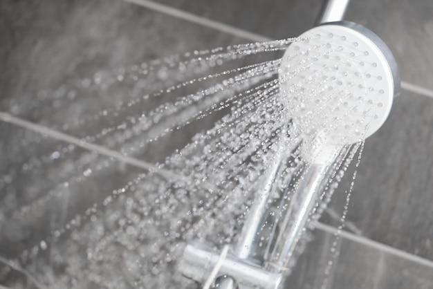 Water stroomt uit regendouche