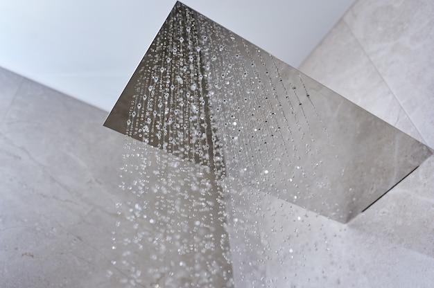 Water uit de douche in de moderne badkamer