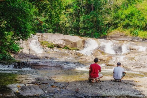 Water vallen met fotograaf en een prachtig uitzicht op de natuur