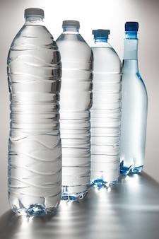 Water van flessen op witte achtergrond worden geïsoleerd die