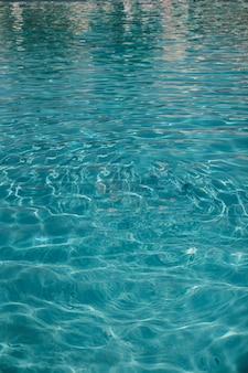 Water van het zwembad