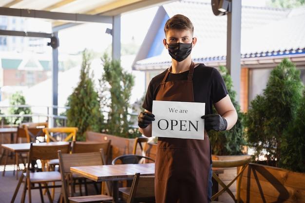 Water werkt met gezichtsmasker in restaurant, uitbraak van coronavirus
