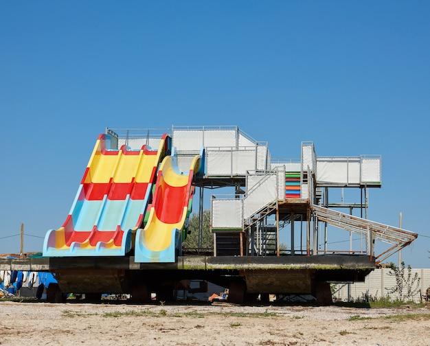Waterattractie staat op een zanderige kust op een zomerse dag