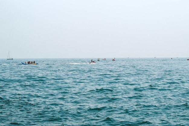 Waterattracties voor toeristen op zee.