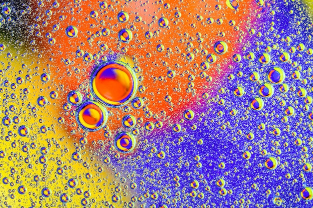 Waterbellen op kleurrijke achtergrond