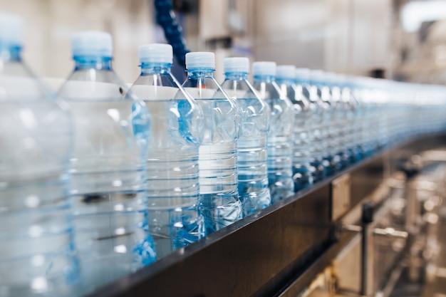Waterbottellijn voor het verwerken en bottelen van zuiver bronwater in blauwe flessen