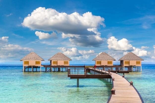 Waterbungalows op tropisch eiland op de malediven