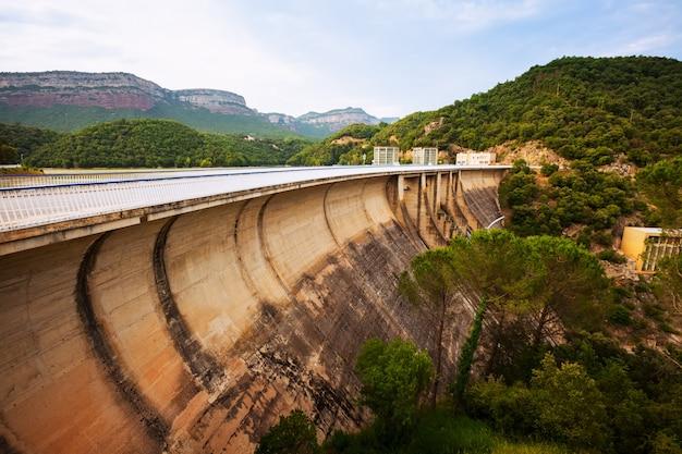 Watercentrale op ter rivier
