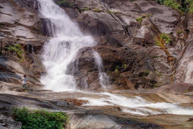 Waterdaling en menselijk ontspruitend afbeelding met smartphone
