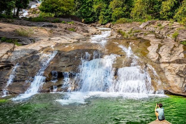 Waterdaling en menselijk ontspruitend beeld met mobiele smartphone