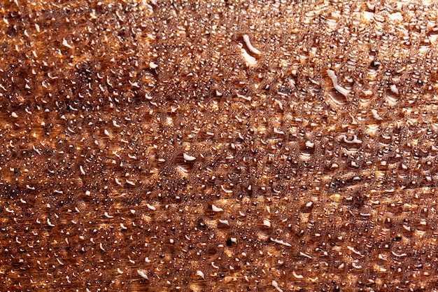 Waterdaling op houten oppervlakteachtergrond