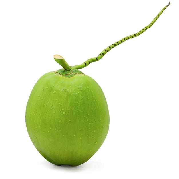 Waterdruppel groene kokosnoot geïsoleerd op een witte achtergrond met uitknippad