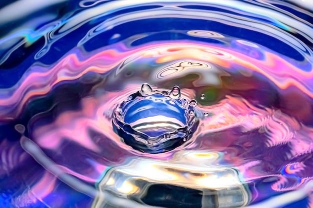 Waterdruppel op kleurrijke kleur