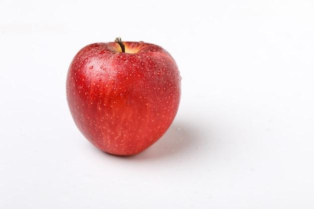 Waterdruppel op verse rode appel