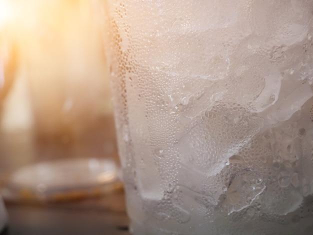 Waterdruppels op koud drankje glas