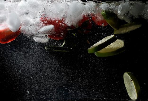 Waterdruppels op rijp zoet fruit en bessen. vers fruit achtergrond met kopie ruimte voor uw tekst. veganistisch en vegetarisch concept.