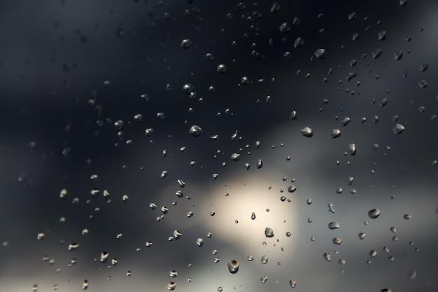 Waterdruppels op ruit. textuur van voda druppels. regendruppels op transparant glas autovoorruit, regendruppels. druppels op transparante achtergrond. water achtergronden met waterdruppels. regent weer