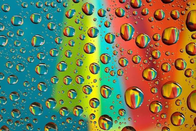 Waterdruppels op veelkleurige achtergrond