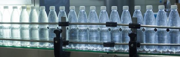 Waterfabriek - waterbottellijn voor het verwerken en bottelen van zuiver bronwater in kleine flesjes.