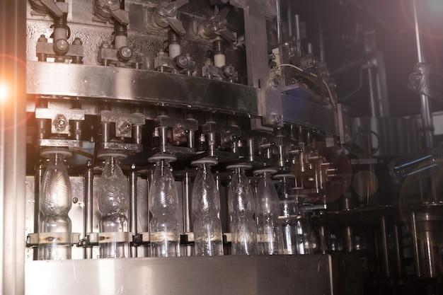 Waterfabriek waterbottellijn voor het verwerken en bottelen van zuiver mineraalwater in kleine flesjes