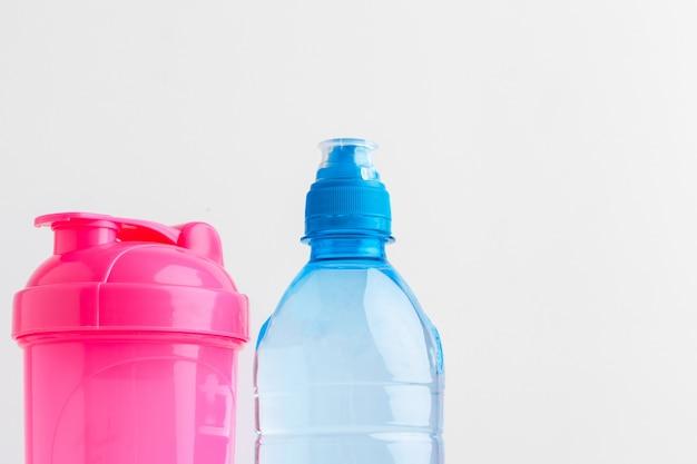 Waterfles en schudfles met eiwit. sportdranken