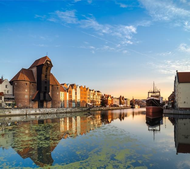 Waterfront van gdansk met reflectie vroeg in de ochtend,