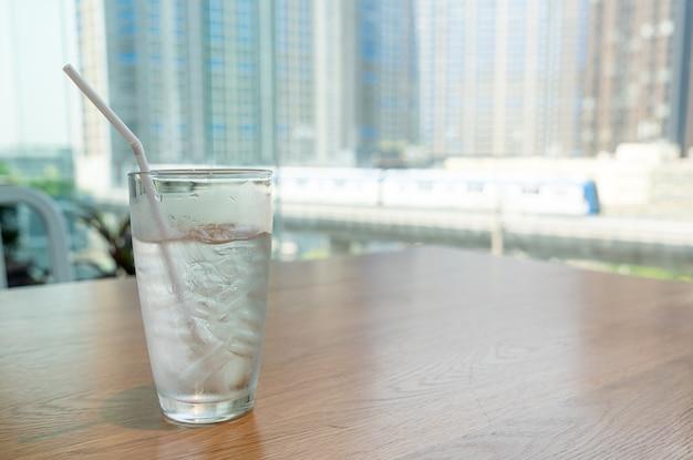 Waterglas met ijs op tafel