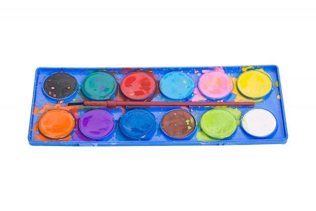 Waterkleur die in een doos wordt geplaatst die op wit wordt geïsoleerd