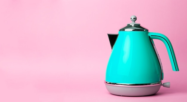 Waterkoker achtergrond. elektrische vintage retro waterkoker op een gekleurde roze achtergrond. lifestyle en design concept