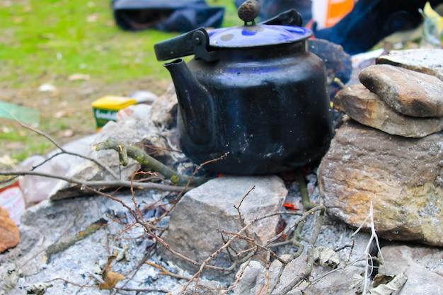 Waterkoker op een kampvuur
