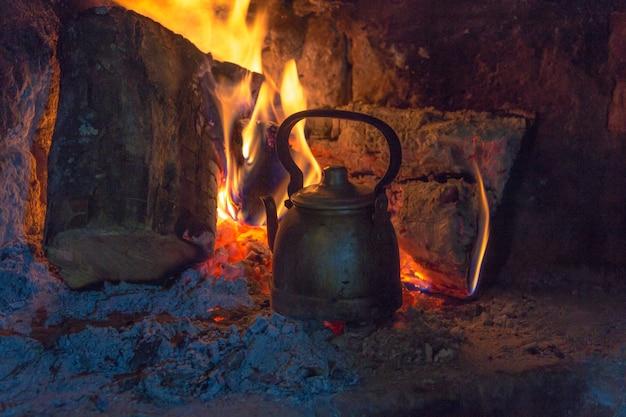 Waterkoker op het brandhout om het matewater op het argentijnse platteland te verwarmen