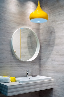 Waterkraan en wasbak in de badkamer. het interieur van de woonvertrekken.