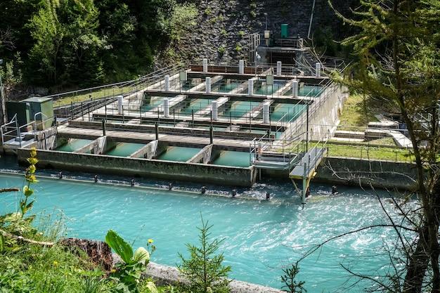 Waterkrachtcentrale op de doron-rivier in de vallei van het vanoise national park, franse alpen