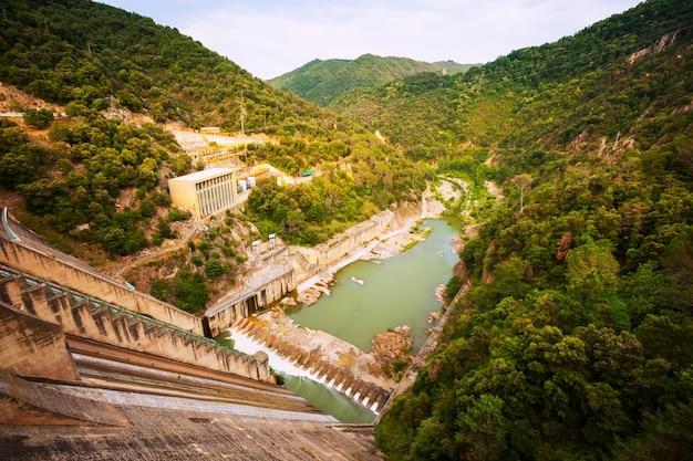 Waterkrachtcentrale op de rivier de ter