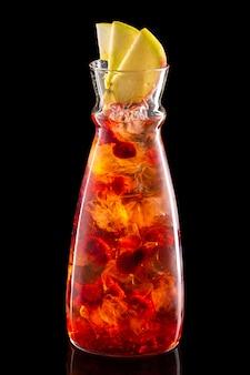 Waterkruik met frambozen, appel en cranberry ijslimonade geïsoleerd