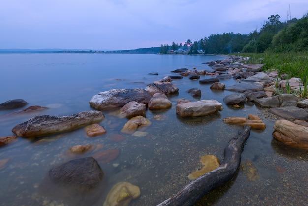 Waterlandschap met geweven voorgrond