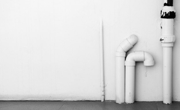 Waterleidingsysteem installeren met de betonnen muur