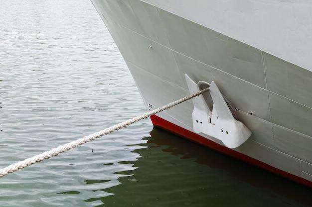 Waterlijn en anker van het schip, meerlijn boven het water